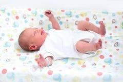 Kleines neugeborenes Baby auf einer ändernden Tabelle Stockfoto