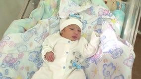 Kleines neugeborenes Baby, das in einer Wiege im Krankenhaus liegt stock video