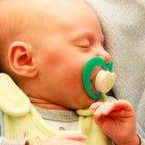 Kleines neugeborenes Baby 24 Tagesschlaf Lizenzfreies Stockfoto