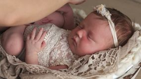 Kleines neugeborenes Schätzchen stock footage