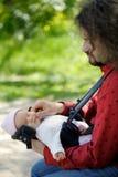 Kleines neugeborenes Schätzchen in den Händen des Vaters Lizenzfreie Stockfotografie