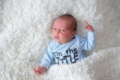 Kleines neugeborenes schlafendes Baby, Baby mit Hautausschlag stockfoto