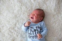 Kleines neugeborenes schreiendes Baby, Baby mit Hautausschlag stockbilder