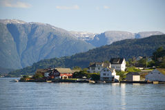 Kleines norwegisches Dorf auf hardangerfjord Stockbild