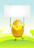 Kleines Ostern-Huhn in einer Frühlingslandschaft Lizenzfreies Stockbild