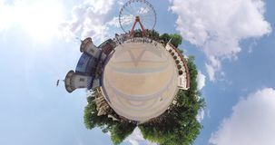 Kleines Planetenkinderspiel im Brunnen stock footage