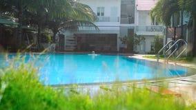 Kleines Pool und Frau des schönen Hotels fängt an zu schwimmen stock video
