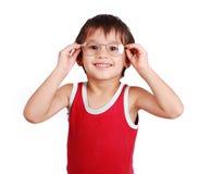 Kleines positives Kind mit Gläsern Lizenzfreies Stockfoto