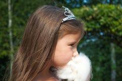Kleines Prinzessinmädchen, das süße Zuckerwatte, Porträt isst Stockfotografie