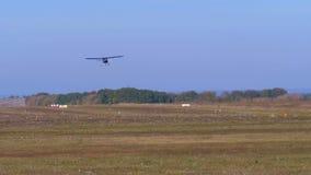 Kleines Privatflugzeug mit einem Propeller fliegt über die Rollbahn mit einer Grundbeschichtung stock video