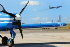 Kleines Propellerflugzeug am Flugplatz Stockfotos