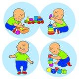 Kleines reizendes Baby, das mit Spielwaren spielt Kinderspiele mit Pyramide Stockfoto