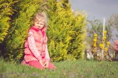 Kleines reizendes Kind in der Wiese Lizenzfreie Stockbilder