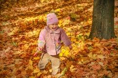 Kleines reizendes Mädchen, das im Park spielt Lizenzfreies Stockfoto