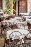 Kleines Restaurant durch Straße in der alten Italien-Stadt Lizenzfreie Stockfotografie