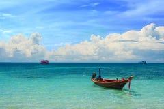 Kleines Rollenboot im tropischen Meer Stockfotografie