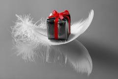 Kleines romantisches Geschenk auf whi stockfotos