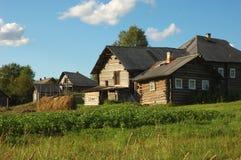Kleines russisches Dorf am Sonnenuntergang Stockbild