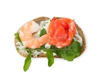 Kleines Sandwich mit der Garnele, Lachsen und Arugula lokalisiert auf Weiß Stockbilder