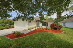 Kleines sauberes Haus Floridas mit der neuen neuen Landschaftsgestaltung Stockfotos