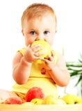 Kleines Schätzchen, das Apfel isst Stockbilder