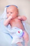 Kleines Schätzchen, das Bad in der Badewanne nimmt Lizenzfreie Stockfotos