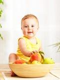 Kleines Schätzchen, das frische Früchte anhält Stockbilder