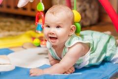 Kleines Schätzchen, das mit Spielwaren spielt Lizenzfreies Stockfoto