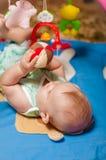 Kleines Schätzchen, das mit Spielwaren spielt Stockfoto