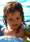 Kleines Schätzchen im Pool Lizenzfreie Stockfotografie