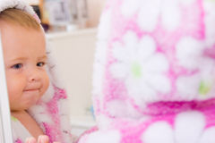 Kleines Schätzchen mit Terry-Bademantel Lizenzfreie Stockfotos