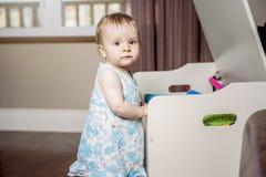 Kleines schönes Baby auf der Front seines Spielzeugs Lizenzfreie Stockbilder