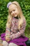 Kleines schönes blondes Mädchen in der Natur Stockbild