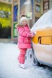 Kleines schönes Mädchen auf Rochen nahe dem Taxi Stockfotografie