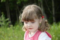Kleines schönes Mädchen im rosa Kleid am Sommertag. Stockfotos