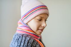 Kleines schönes Mädchen im Winterhut und -schal Lizenzfreie Stockfotos