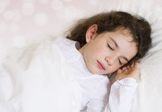 Kleines schlafendes und träumendes Mädchen Lizenzfreie Stockbilder