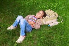 Kleines schönes Mädchenkinderkind, das auf Gras schläft Stockbilder