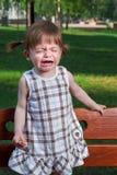 Kleines schreiendes Mädchen im Park Lizenzfreies Stockbild