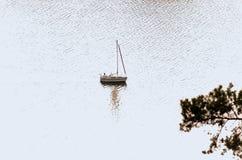 Kleines Segelboot Lizenzfreie Stockfotos