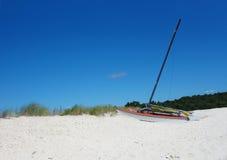 kleines Segelboot auf den Sanddünen Stockbild