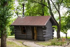 Kleines Sommerhaus nahe dem Wasser stockbild