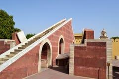 Kleines Sonnenuhrinstrument, astronomisches Observatorium, Jaipur, Rajasthan, Indien Stockbild