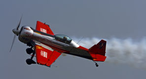 Kleines Sportflugzeug, wenn Kunstfliegen durchgeführt werden Stockbild