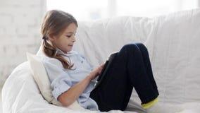 Kleines Studentenmädchen mit Tabletten-PC zu Hause stock video footage