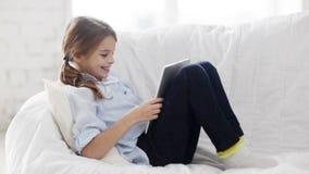 Kleines Studentenmädchen mit Tabletten-PC zu Hause stock video