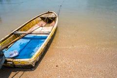 Kleines thailändisches Fischerboot auf Sand-Strand-Hintergrund Lizenzfreies Stockfoto