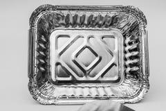 Kleines Tin Foil Dish mit Deckel zur Front Stockfoto