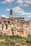 Kleines Toskana-Dorf auf Klippe Stockfotografie