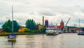 Kleines touristisches Schiff und eine Yacht in Gdansk, Polen Stockfotos